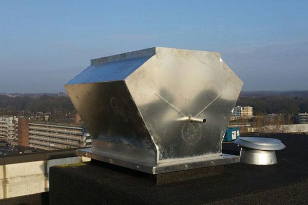 Afdichtingsconstructie op dak: op maat gemaakte Aluminium en RVS regenkap voor een studentenpand, inclusief montage bij de klant