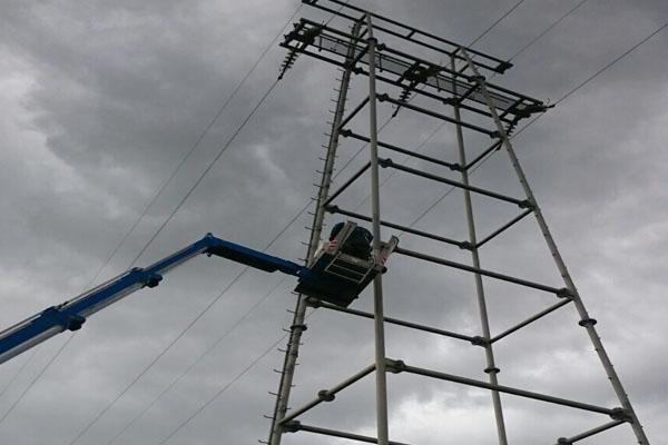 Werk bij hoogspanningsmast van Alliander bij Energienet