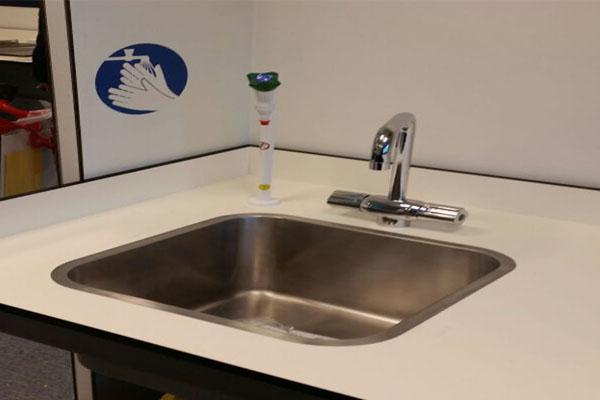 Laboratoriuminrichting: klantspecifiek ontwerp en complete uitvoering, incl. wastafel en kraan